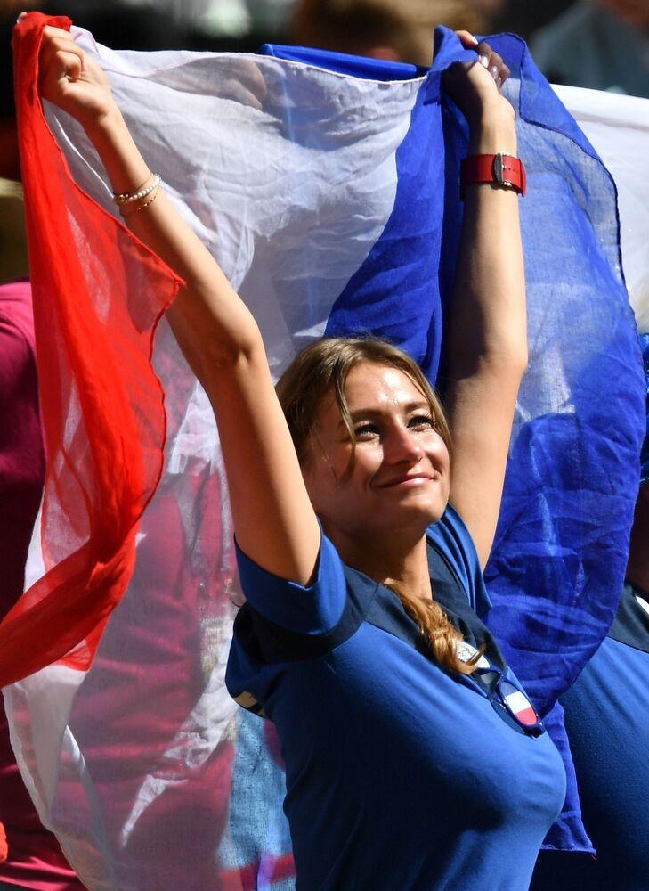 Jovem francesa apoiando os jogadores na partida contra a Austrália.