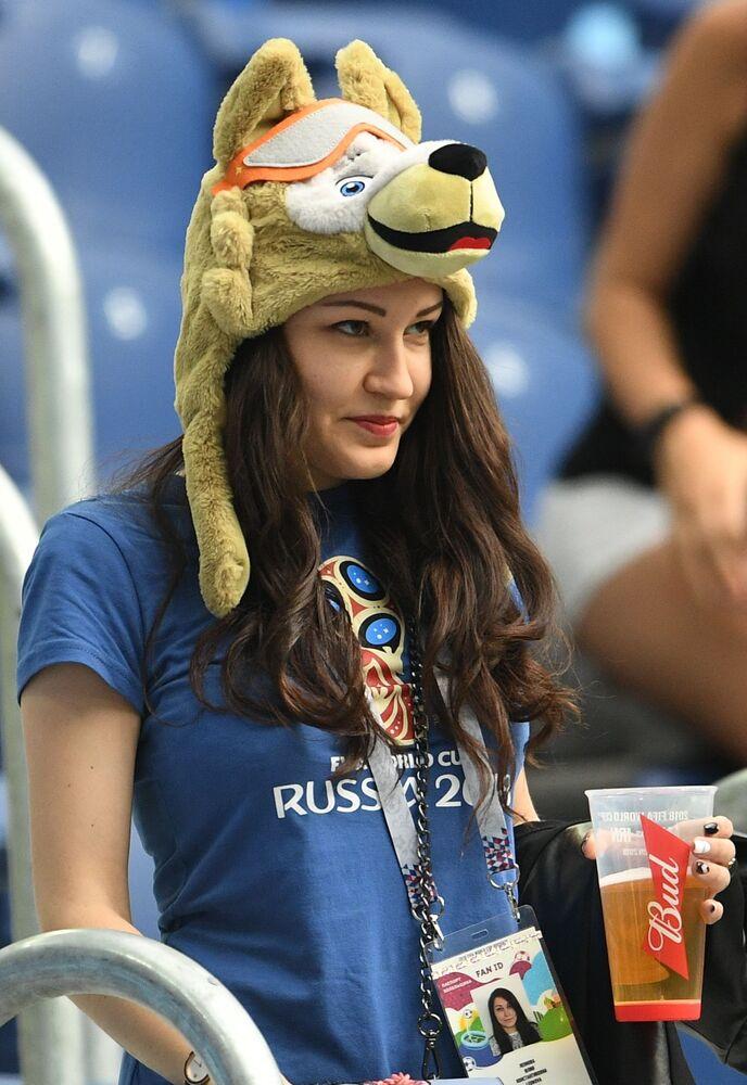 Torcedora da Rússia, com gorro em forma de mascote da Copa, presente no jogo entre Marrocos e Irã.