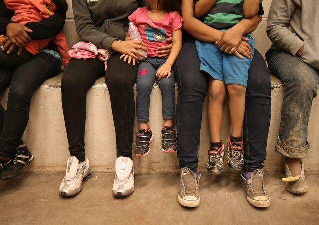 Adultos e crianças em cela da polícia de fronteira dos EUA (foto de arquivo)