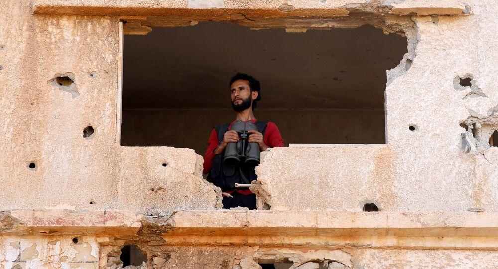 Um combatente do Exército Livre da Síria é visto na área de Yadouda em Deraa, na Síria, em 29 de maio de 2018.