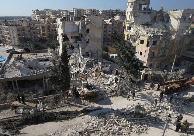 Destruição provocada por ataques aéreos contra cidade síria de Idlib (arquivo)
