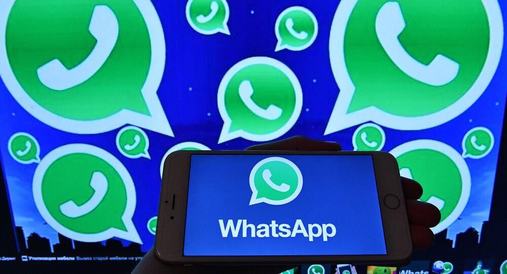 Logotipo do WhatsApp no monitor do smartphone e computador, 25 de março de 2017