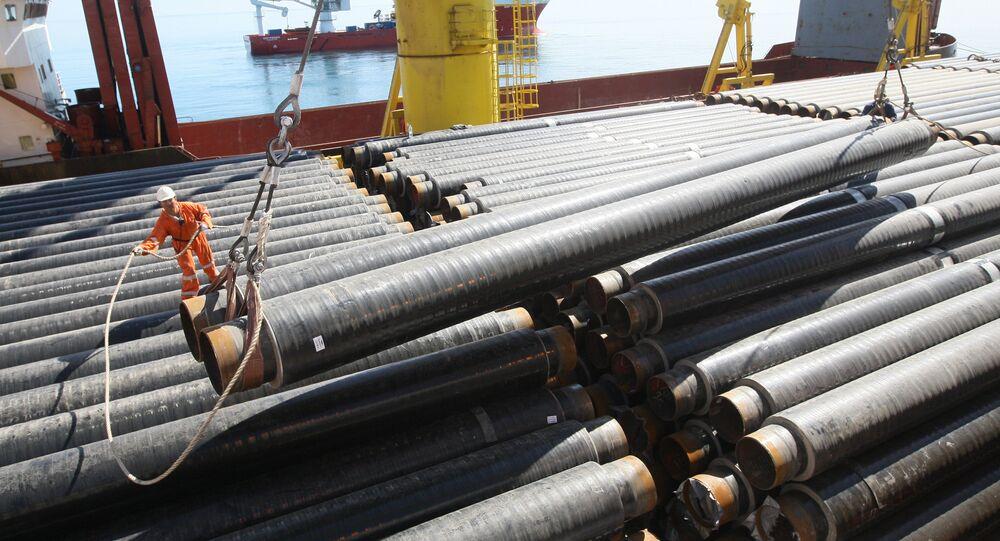 Colocação de tubulações de gás em assentador de tubos do convés (foto de referência)