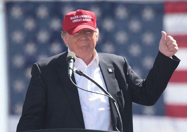 O presidente dos EUA, Donald Trump, usa um boné Make America Great Again em um comício no Arizona, quando ainda era candidato (arquivo)