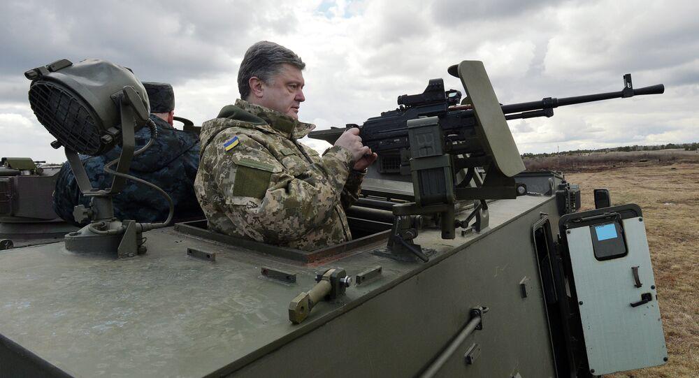 Presidente ucraniano Pyotr Poroshenko em visita a base militar nos arredores de Kiev