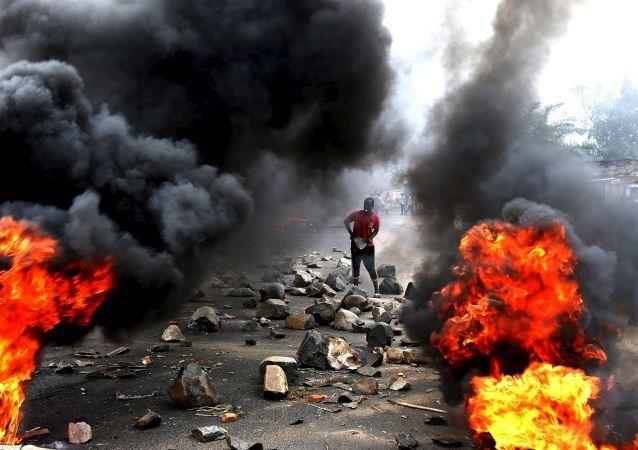 Um participante da manifestação contra o presidente do Burundi, Pierre Nkurunziza, em Bujumbura, 22 de maio de 2015.