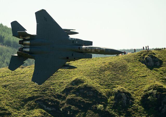 Caça norte-americano F-15 sobrevoa campos nos arredores de Dolgellau, no norte do País de Gales