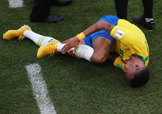 Neymar no chão após uma colisão durante a partida das oitavas de final da Copa do Mundo entre Brasil e México em Samara, na Rússia.