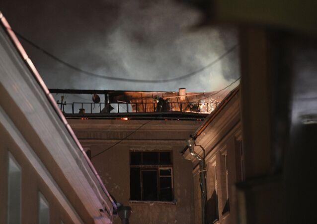 Incêndio em prédio residencial na rua Pyatnitskaya, em Moscou, neste 5 de julho