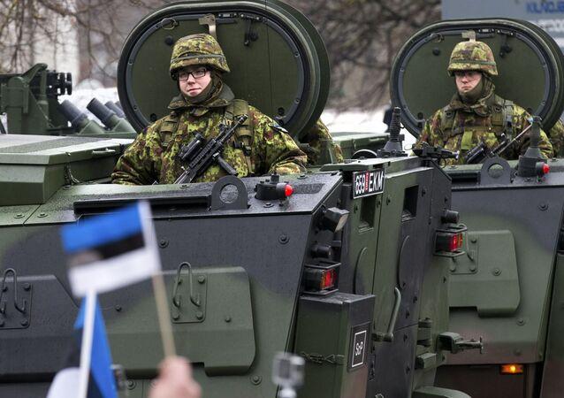 Desfile das tropas estonianas em homenagem ao Dia da Independência da Estônia em Narva