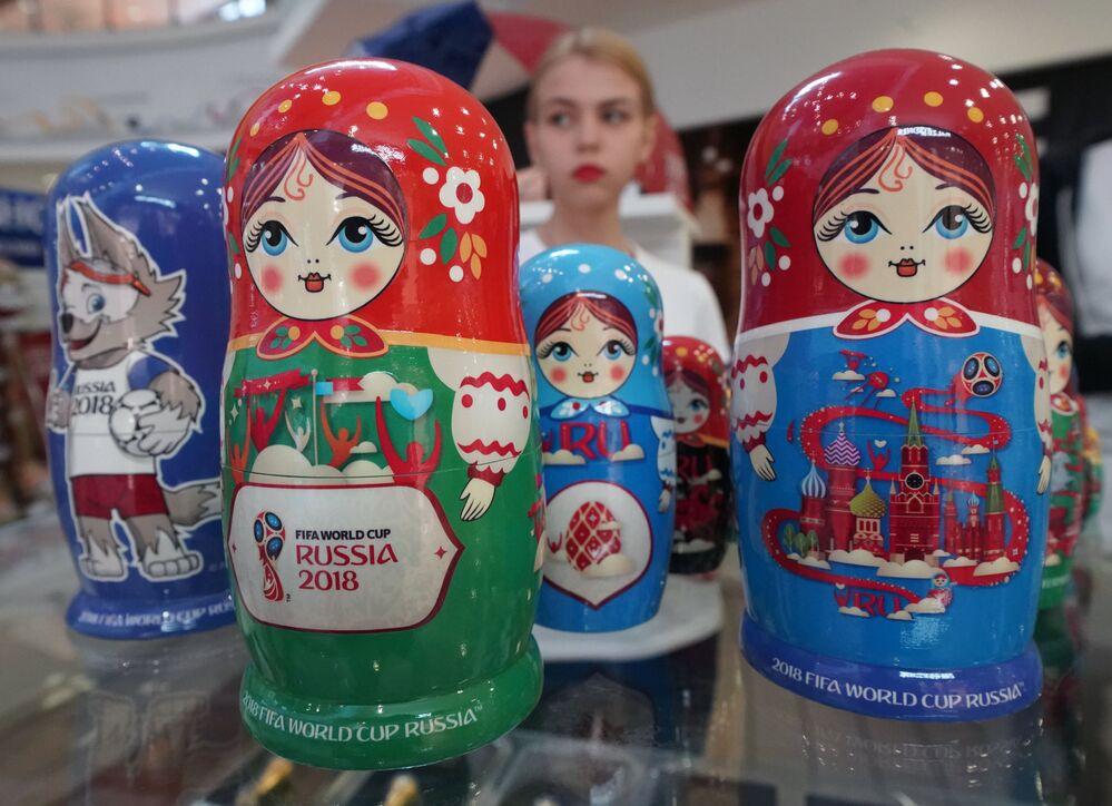 Matryoshkas com símbolos da Copa do Mundo 2018 vendidas em uma loja de souvenires