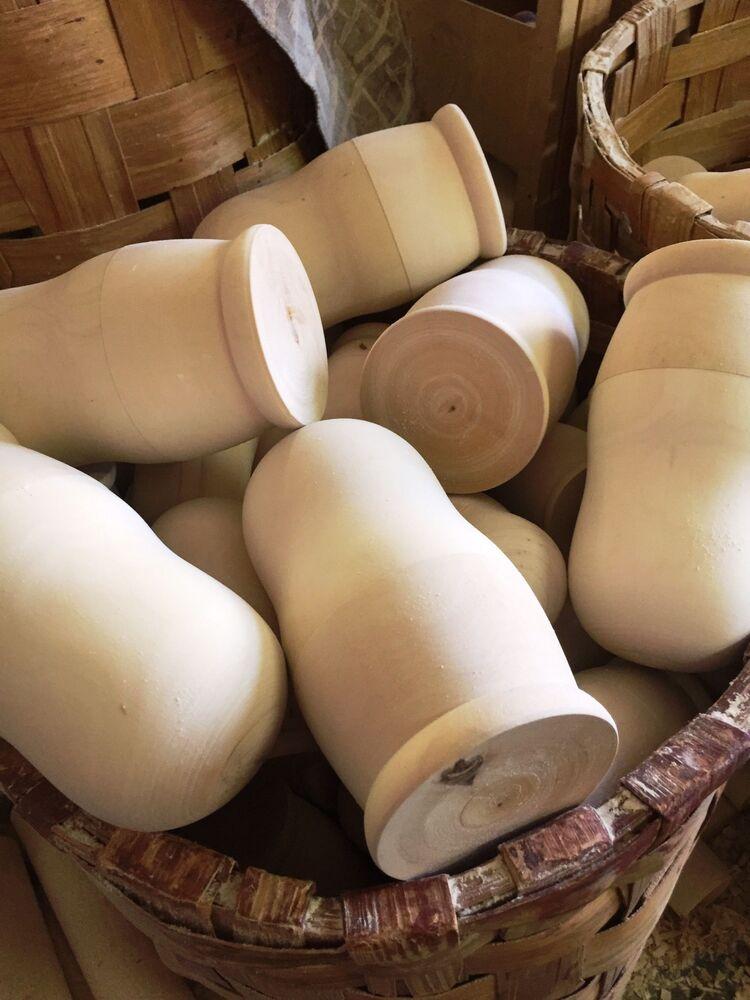Matryoshkas em madeira crua antes de serem pintadas