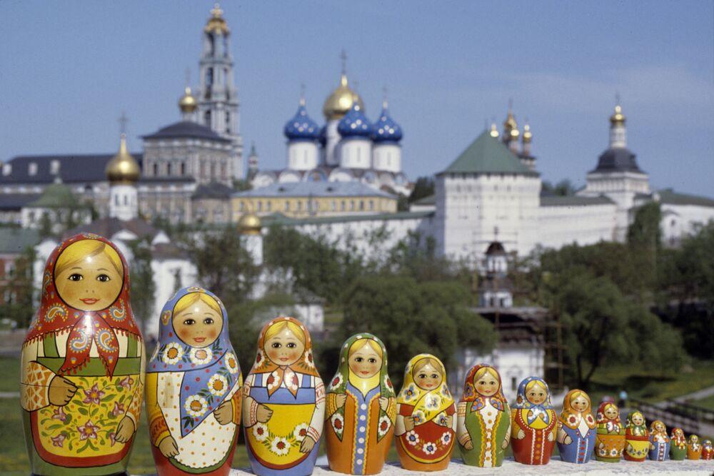 Matryoshkas aparecem junto à Lavra da Trindade e São Sérgio, em Sergiyev Posad