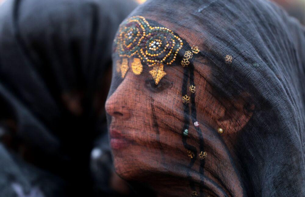 Participante do festival Tan-Tan Moussem Berber, vestida com o traje nacional, em Marrocos