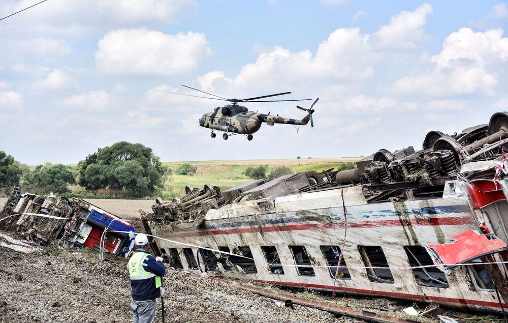 Helicóptero sobrevoa o local de recente descarrilamento na Turquia