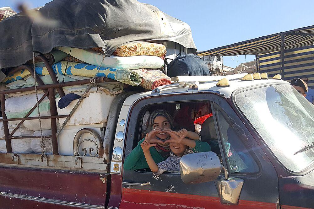 Sírios se preparam para sair de um campo de refugiados na cidade de Arsal, no Líbano