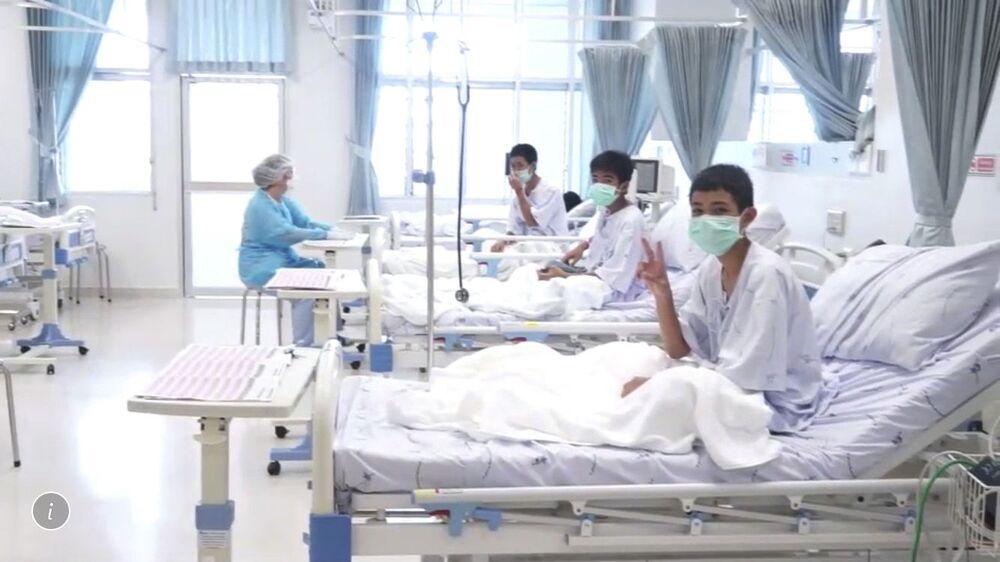Três meninos do time de futebol juvenil que foram salvos de uma caverna tailandesa, inundada por mais de duas semanas, no hospital