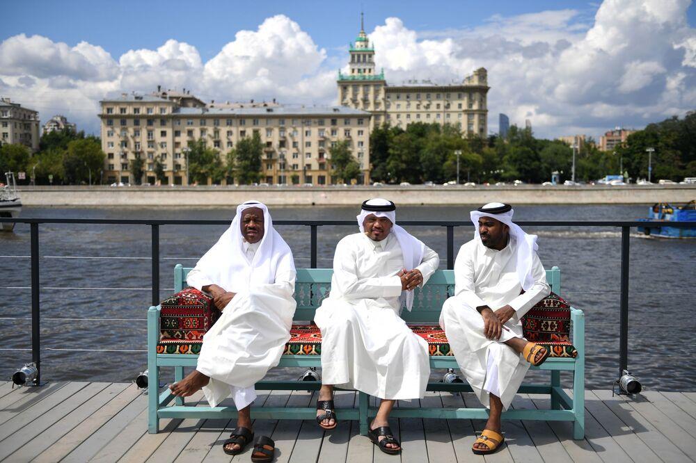 Visitantes do pavilhão qatarense, dedicado à Copa 2022, no Parque Gorky, em Moscou