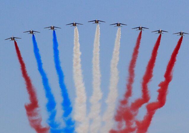 Grupo de acrobacia aérea francês Patrouille de France se apresentam em Paris, em 14 de julho de 2018