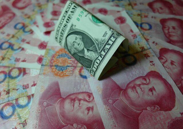Notas yuan e dólares dos EUA são vistos em uma mesa em Yichang, província de Hubei, na China central em 14 de agosto de 2015