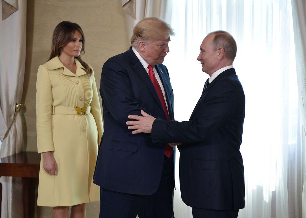 Presidente Vladimir Putin, presidente dos EUA, Donald Trump e sua esposa Melania Trump, durante reunião no palácio presidencial em Helsinque, em 16 de julho de 2018