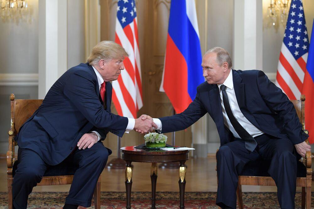 Presidente russo Vladimir Putin e presidente americano Donald Trump, cumprimentam-se durante reunião realizada no palácio presidencial em Helsinque, em 16 de julho de 2018
