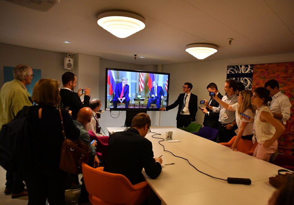 Jornalistas acompanham o encontro entre o presidente russo Vladimir Putin e o presidente dos EUA, Donald Trump, em Helsinque, no dia 16 de julho de 2018