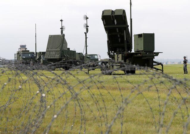Mísseis interceptores PAC-3 terra-ar na base aérea norte-americana de Yokota, nos arredores de Tóquio, Japão