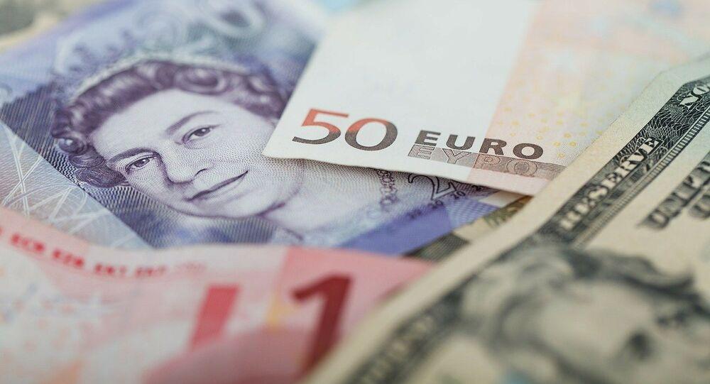 Cédulas de euro, libra e dólar