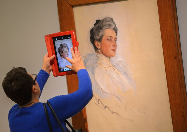Visitante da Galeria Tretiyakov de Moscou observando um quadro do pintor Valentin Serov