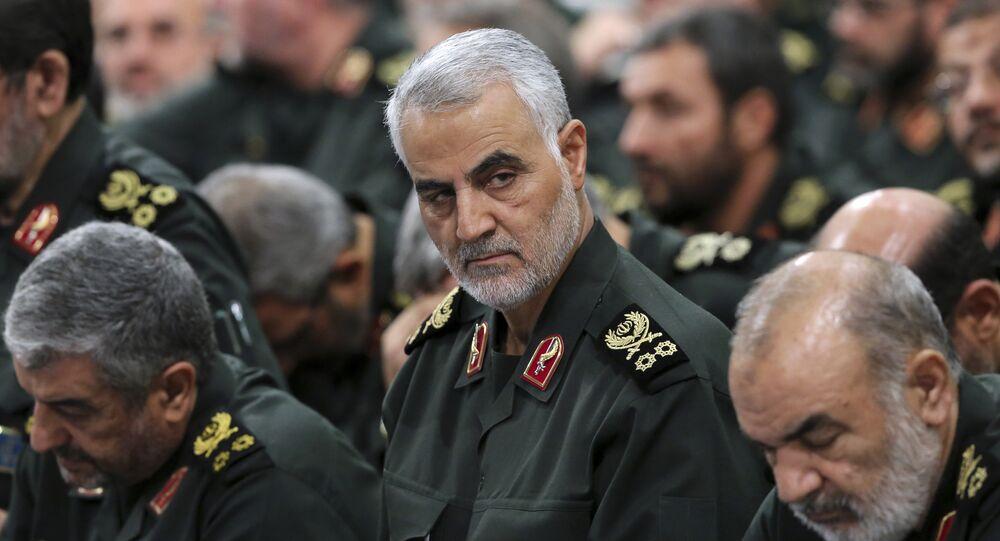 O comandante do Corpo de Guardiões da Revolução Islâmica, general-major Qassem Soleimani, (no centro) na reunião com o líder supremo iraniano, aiatolá Ali Khamenei, e comandantes em Teerã (foto de arquivo)