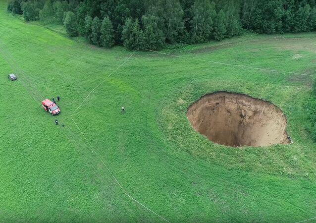 Cratera na aldeia de Neledino, Shatkovsky, região russa de Nizhny Novgorod