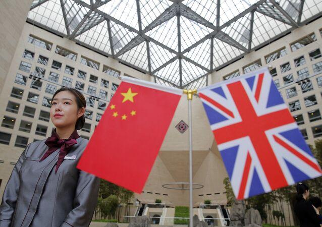 Bandeiras do Reino Unido e China.