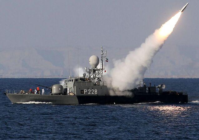 Navio iraniano lança míssil no estreito de Ormuz