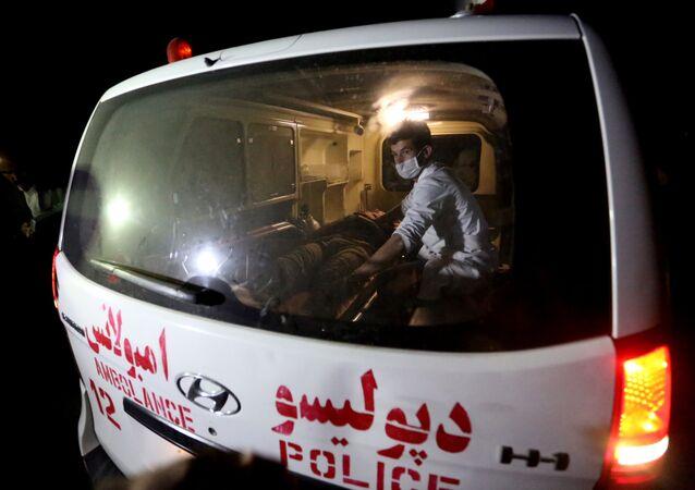Homem ferido é auxiliado em uma ambulância depois de um ataque do Talibã, Cabul, 24 de agosto de 2016 (foto de arquivo)