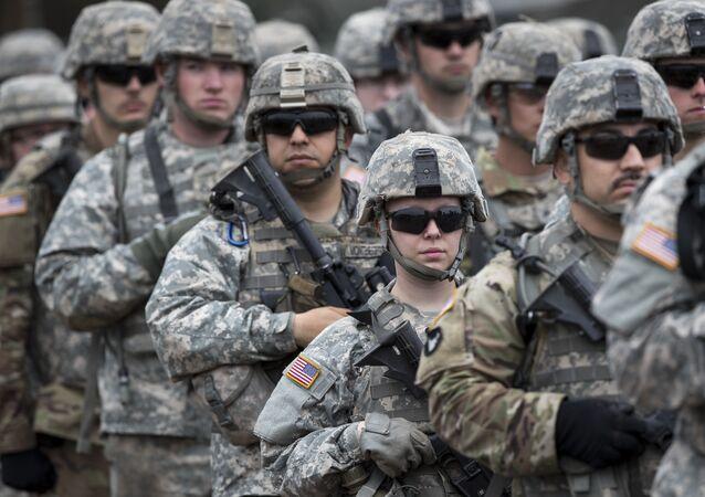 Soldados norte-americanos participam de cerimônia de abertura do exercício militar Iron Wolf 2017 (imagem de arquivo)