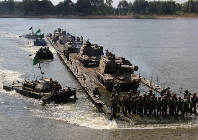 Pontoneiros russos transportam obuseiros Msta-S através do rio Oka, durante o concurso Otkrytaya Voda 2018