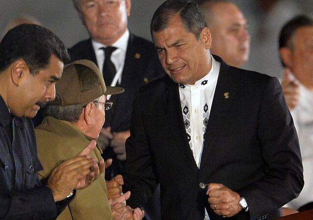 O ex-presidente equatoriano Rafael Correa, o ex-presidente cubano Raul Castro e o presidente da Venezuela, Nicolás Maduro, durante uma manifestação na Praça da Revolução em Havana em homenagem ao falecido líder Fidel Castro.