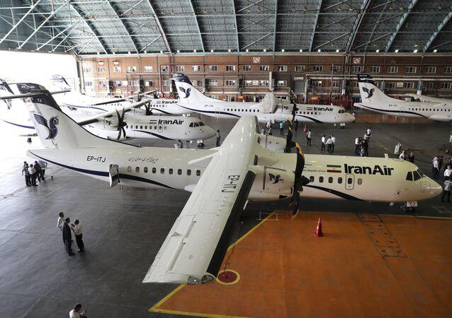 Nesta foto fornecida pela Tasnim News Agency, aeronaves comerciais estacionadas no aeroporto de Mehrabad, em Teerã (arquivo)
