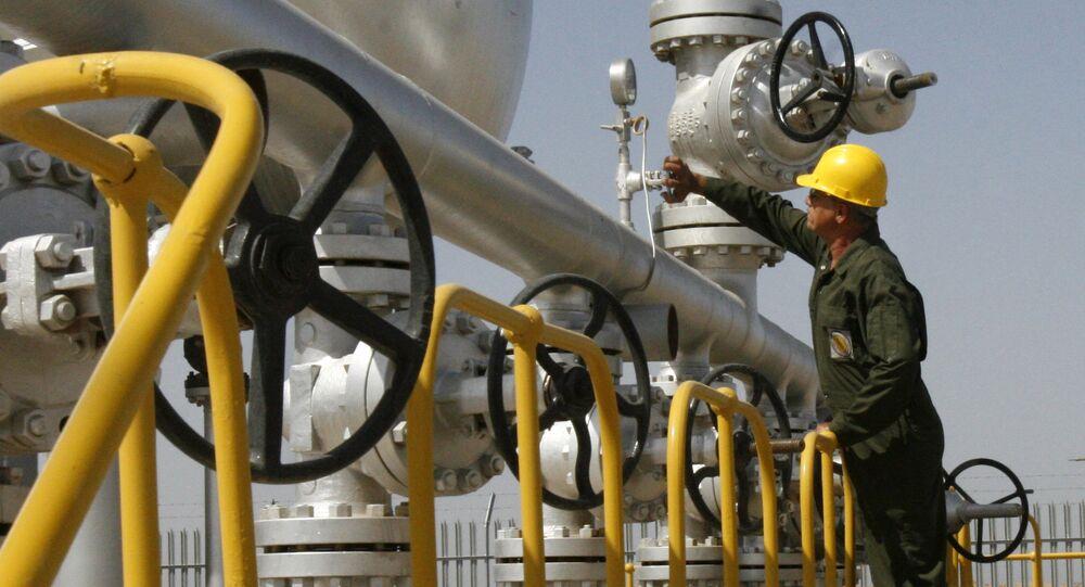 Técnico de petróleo iraniano verifica as instalações do separador de óleo no campo petrolífero de Azadegan, perto de Ahvaz, Irã (foto de arquivo)