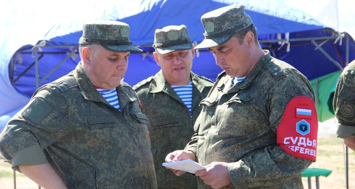 Árbitros conversam após o fim do concurso Desantny Vzvod (Pilotão de Desembarque), em Pskov