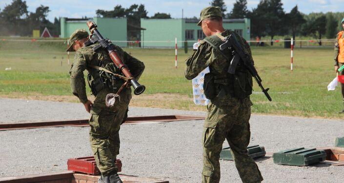 Militares russos passam por corrida de obstáculos durante o concurso Desantny Vzvod (Pilotão de Desembarque), em Pskov
