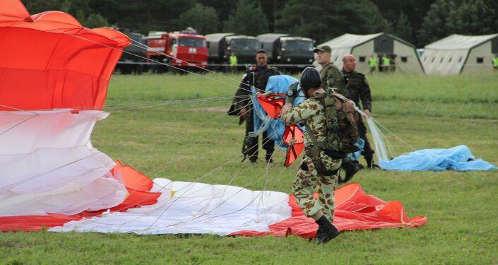 Paraquedista completa desembarque de helicóptero durante o concurso Desantny Vzvod (Pilotão de Desembarque), em Pskov