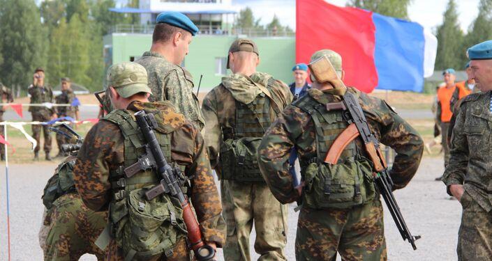 Militares bielorussos se preparam para a estafeta do concurso Desantny Vzvod (Pilotão de Desembarque), em Pskov