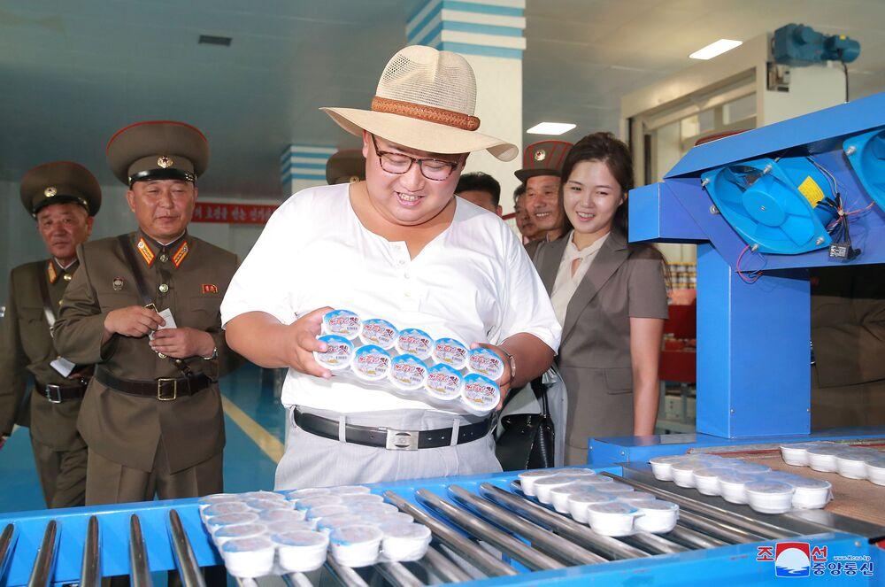 O líder norte-coreano, Kim Jong-un, inspeciona produtos durante visita a uma fábrica de peixes em conserva.