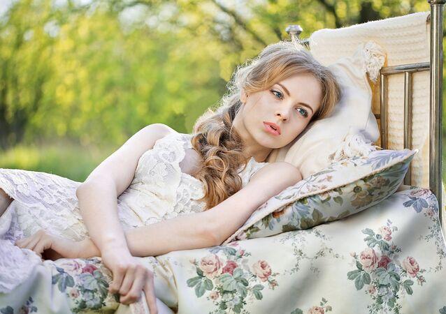 Modelo deitando-se em cama