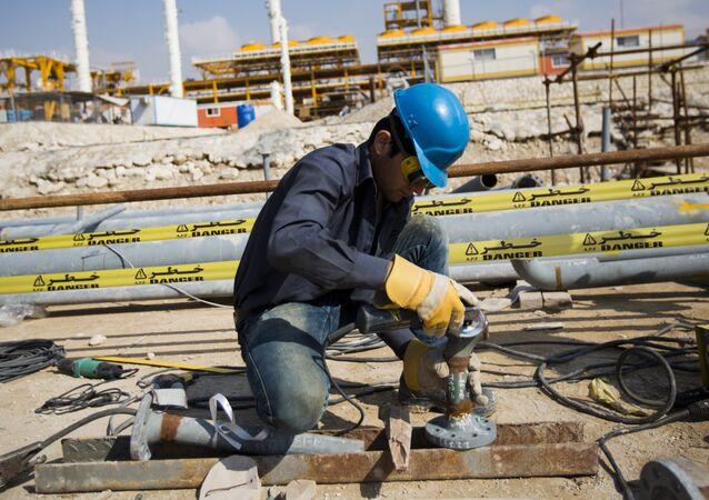 Um iraniano trabalha no campo South Pars