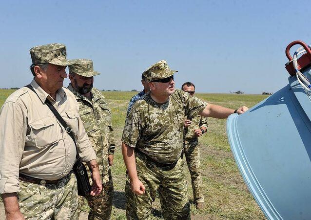 Сhefe do Conselho Nacional de Segurança e Defesa da Ucrânia, Aleksandr Turchinov, observa os lancamentos de teste do míssil de cruzeiro da produção ucraniana