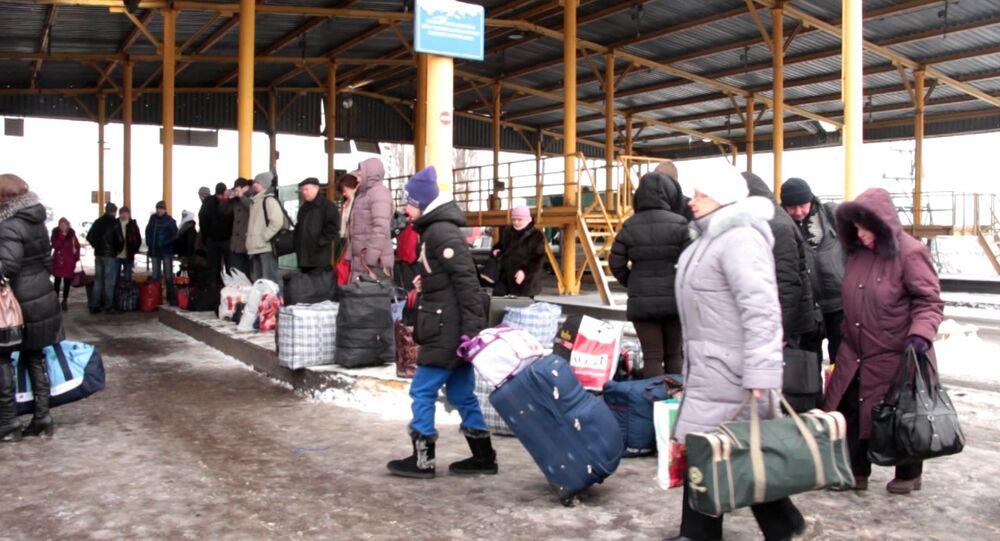 Refugiados ucranianos fazem filas na fronteira com a Rússia