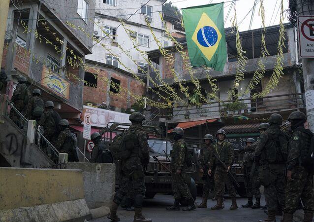 Soldados patrulham favela do Chapéu da Mangueira, no Rio de Janeiro em 21 de junho de 2018. Quase 2 mil soldados foram empregados em uma operação surpresa do local, como parte da Intervenção Federal.